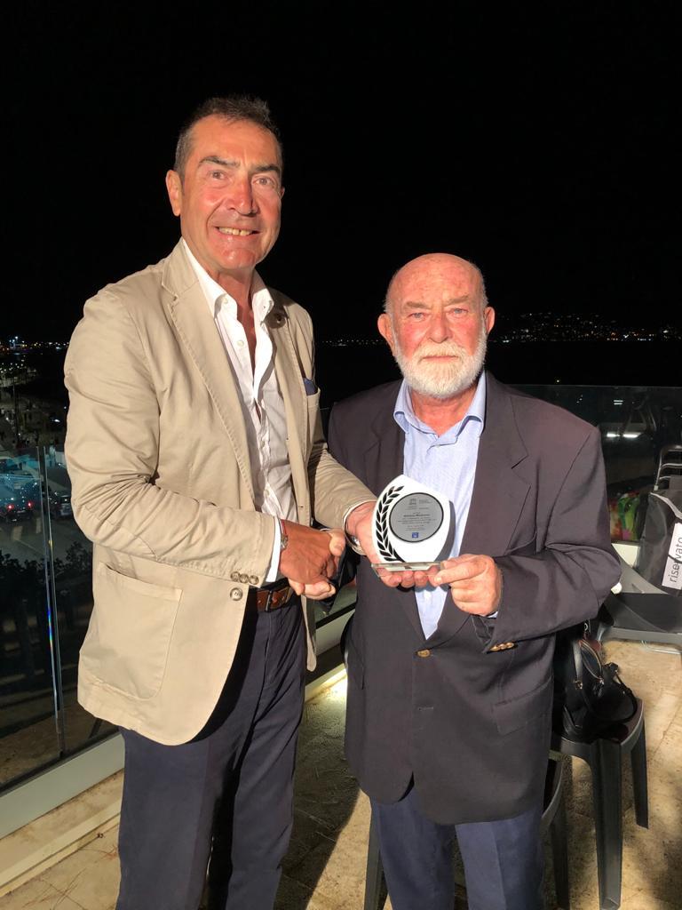 Il Presidente Macale premia  il prof. Madonna